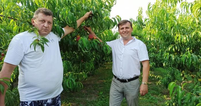 На фото зліва направо: Леонід Гнатюк, голова Луцької районної ради Олександр Омельчук