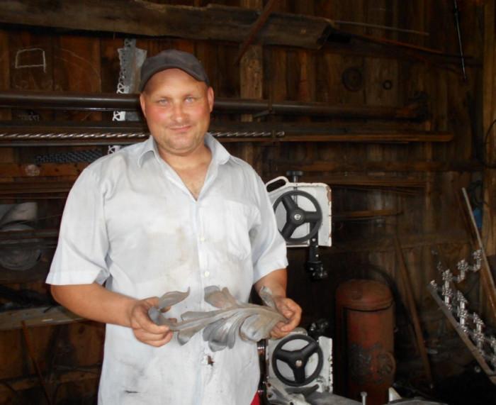 Володимир Теслюк демонструє один із елементів майбутнього металевого візерунка – листок квітки.
