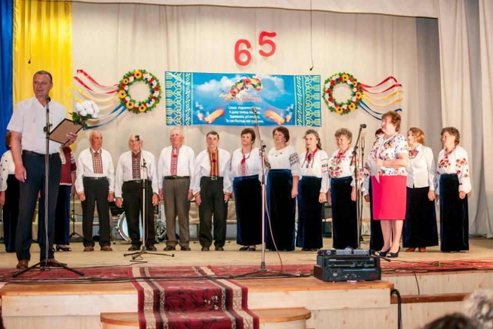 Учасників хору привітали та нагородили начальник відділу освіти Горохівської РДА Віктор Білик та голова райкому профспілки Євгенія Карп'як