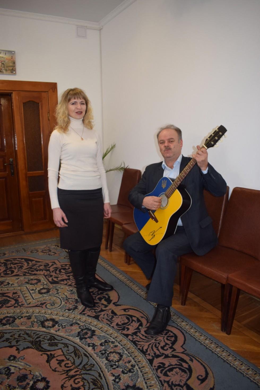 На світлині директор Горохівської музичної школи Оксана Цехош та викладач по класу «гітара» Горохівської музичної школи Ігор Касько випробовують перші акорди на подарованій гітарі.