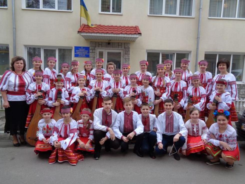 Зразковий художній колектив «Срібні струни» з керівниками Жанною ШЕВЧУК і Марією СТЕЦЮК