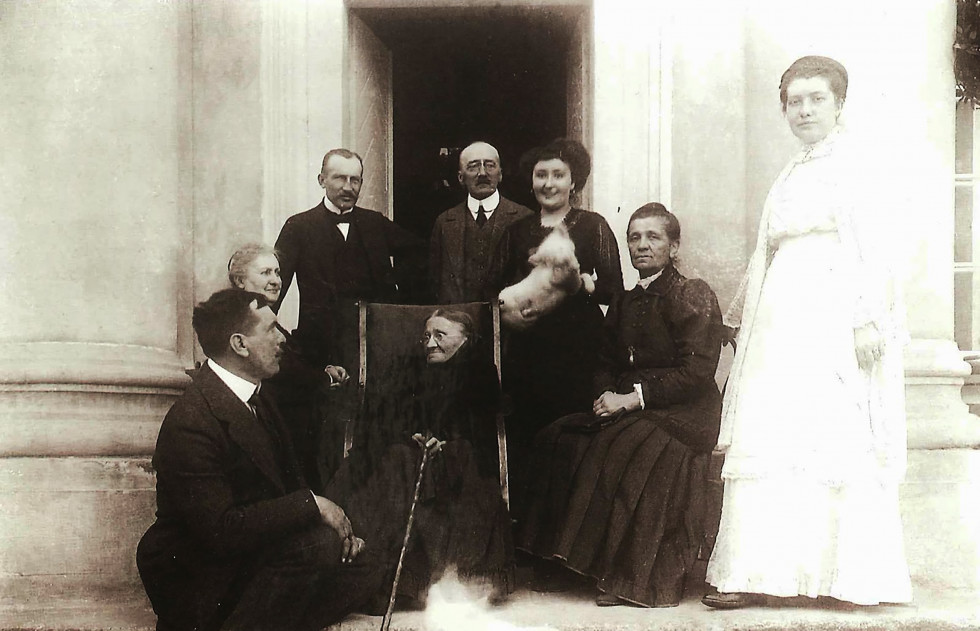 Конрад та Михайлина Кжижановські з родиною біля палацу в Перемилі. Зображення з Національної бібліотеки Польщі