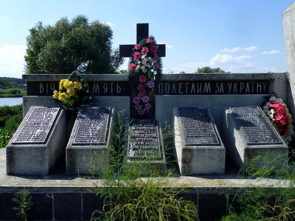 вдячні терешківчани у 1997-му відкрили загиблим монумент