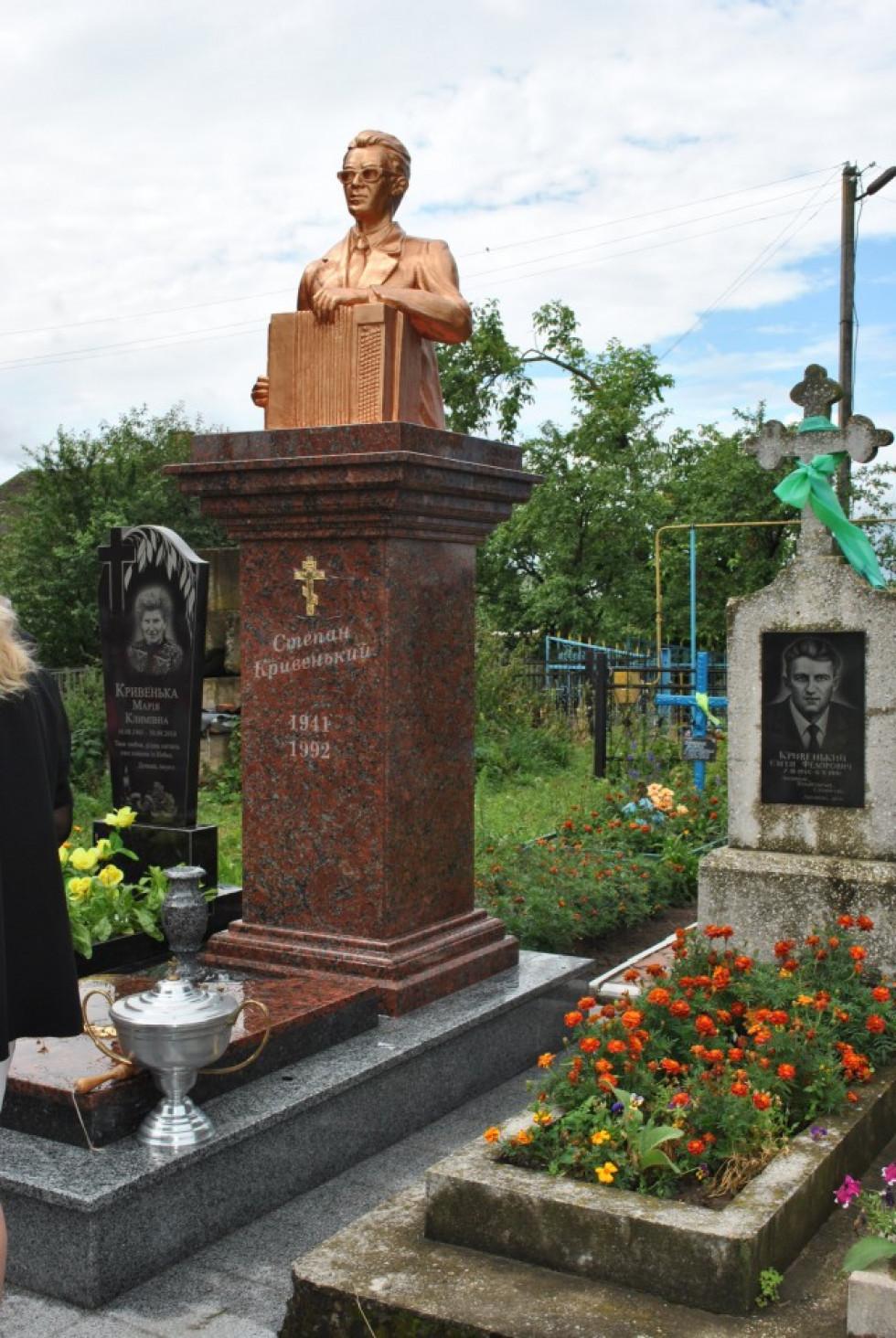 Оновлений пам'ятник пісняру