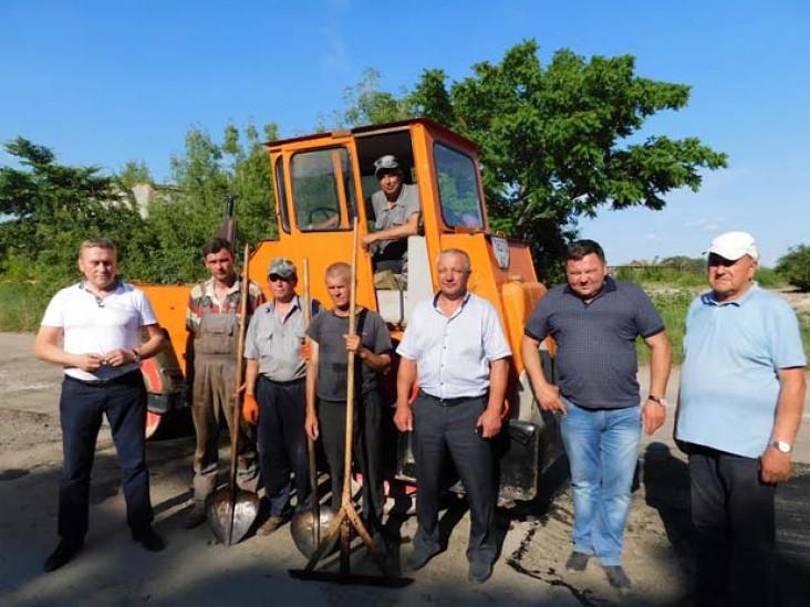 На знімку: Віталій Клемба, Микола Климчук, Тарас Щерблюк і Мельсик Асатрян  із працівниками дорожньо-ремонтної бригади