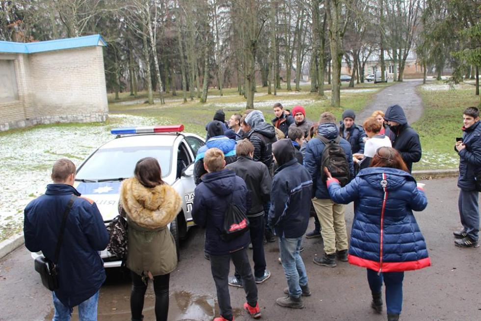 Учні мали можливість посидіти в поліцейському автомобілі