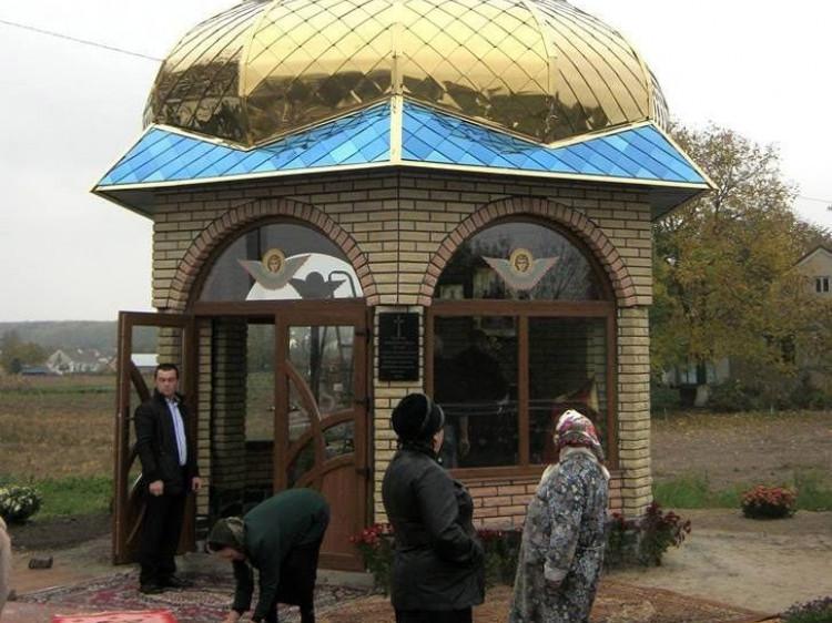 У капличці на почесному місці викарбувана на граніті молитва за українське воїнство.