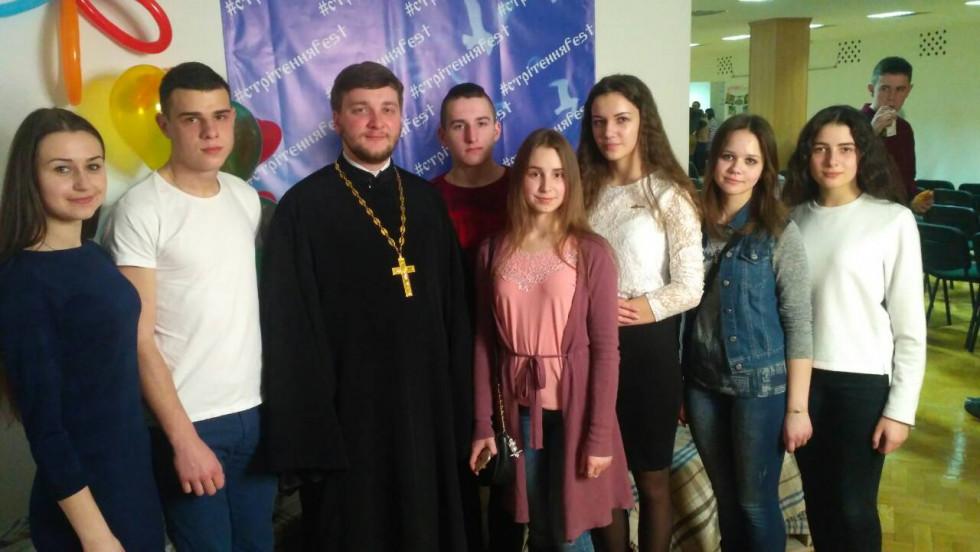 Члени горохівської молодіжки «Логос» разом із своїм духівником