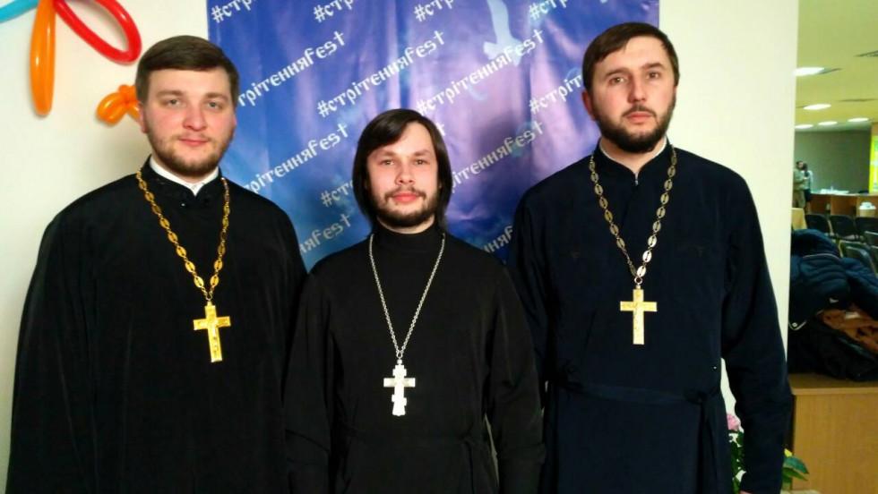 Отці Андрій Гаврилюк, Ігор Бондарчук та Олексій Дзіндзя під час фестивалю