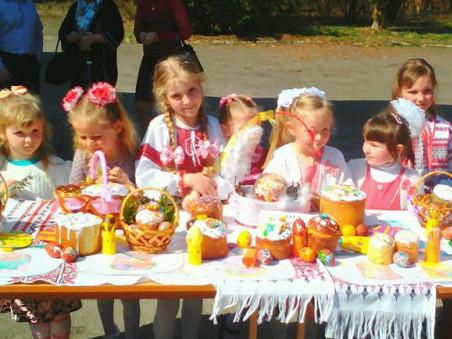 Декілька десятків дітей прийшло на виставку пасок