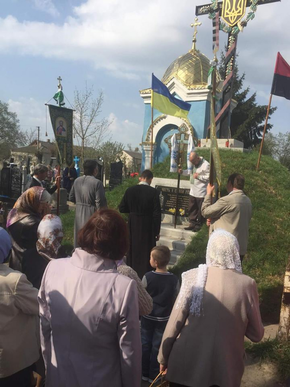 Люди разом з священиками УПЦ КП молились за всіх, хто віддав життя у боротьбі з російськими, німецькими та польськими окупантами