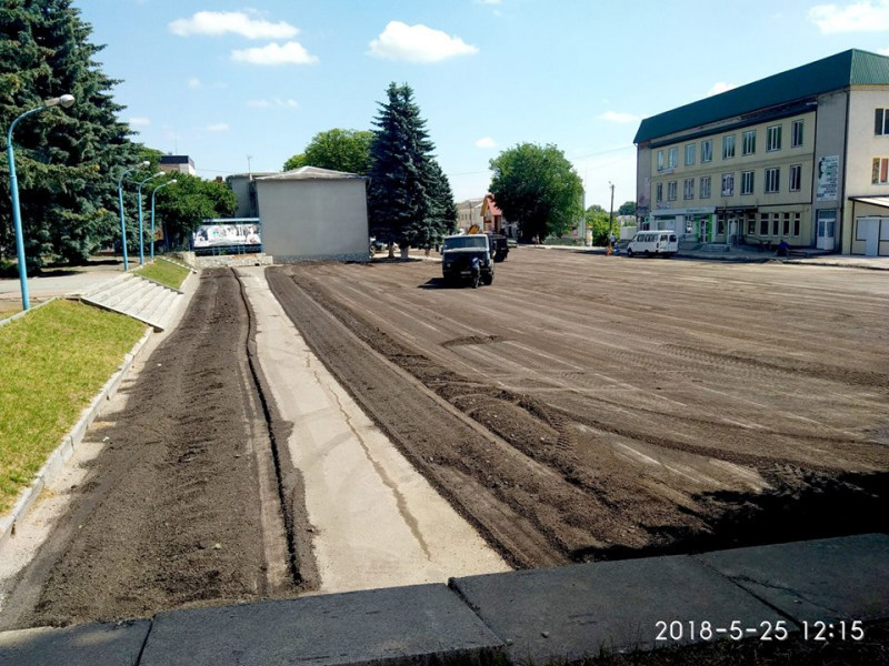 На вулиці Шевченка і площі біля неї триває ремонт дороги