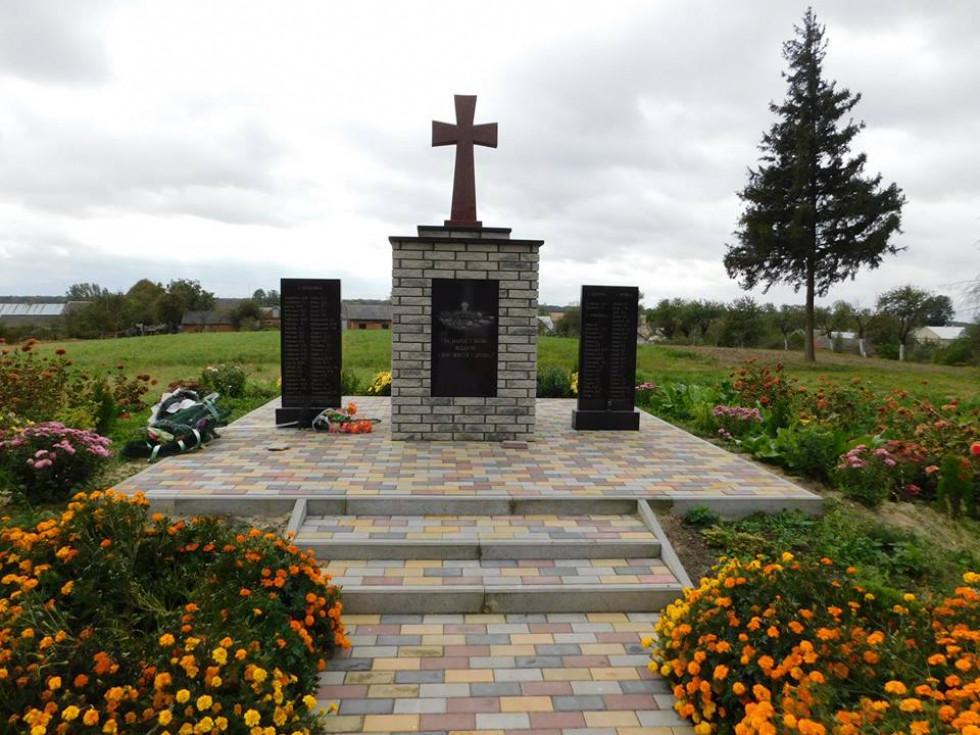 Біля пам'ятника полеглим у роки Другої світової війни землякам завжди цвітуть квіти