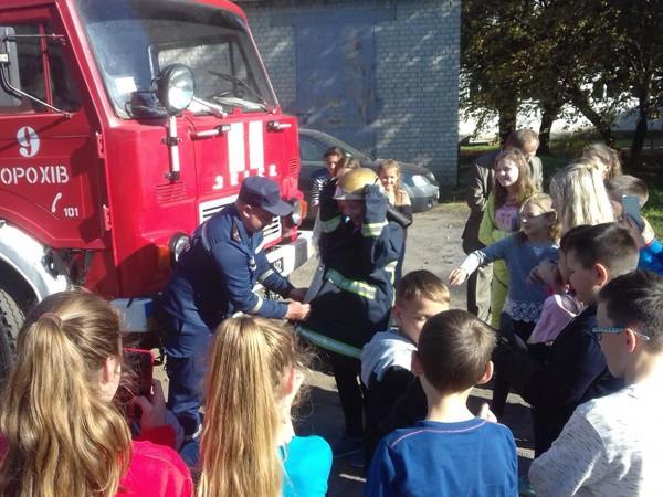 Волинські школярі випробували на собі професію пожежника