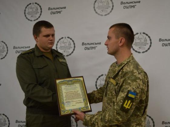 Віктору вручають нагороду