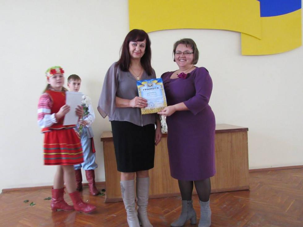 Юлія Гринчук вручає грамоту
