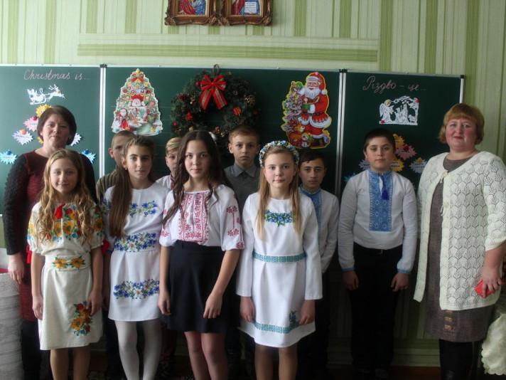 Директор школи Наталія Притолюк, класний керівник Наталія Новосад та учні-учасники родинного свята