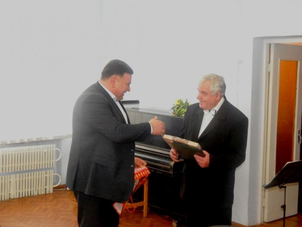 Голова районної ради Тарас Щерблюк вітає ювіляра