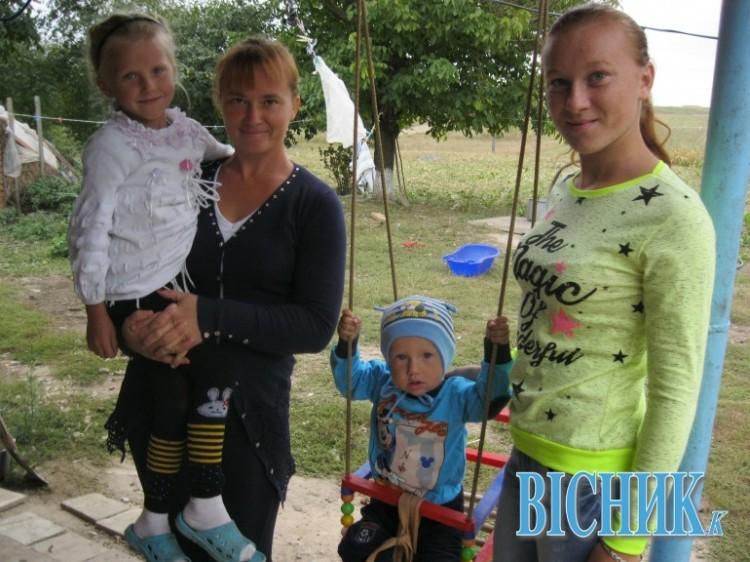 Марія ЗАБРОДОЦЬКА (зліва) з дітьми та сестрою Танею (справа)