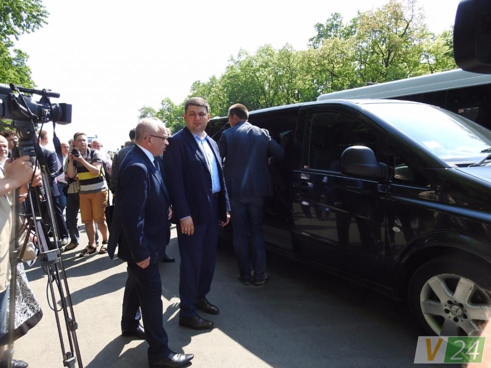 Володимир Гунчик уже підійшов подякувати, але Володимир Гройсман вирішив вділити хвилинку для журналістів