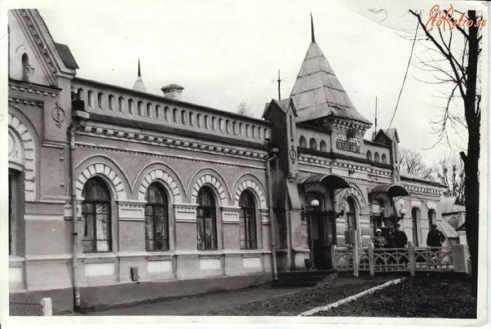 ст. Маневичі. Маневичі виникли під час будівництва цієї залізниці. Названо станцію за назвою найближчого села (тепер — с. Прилісне).