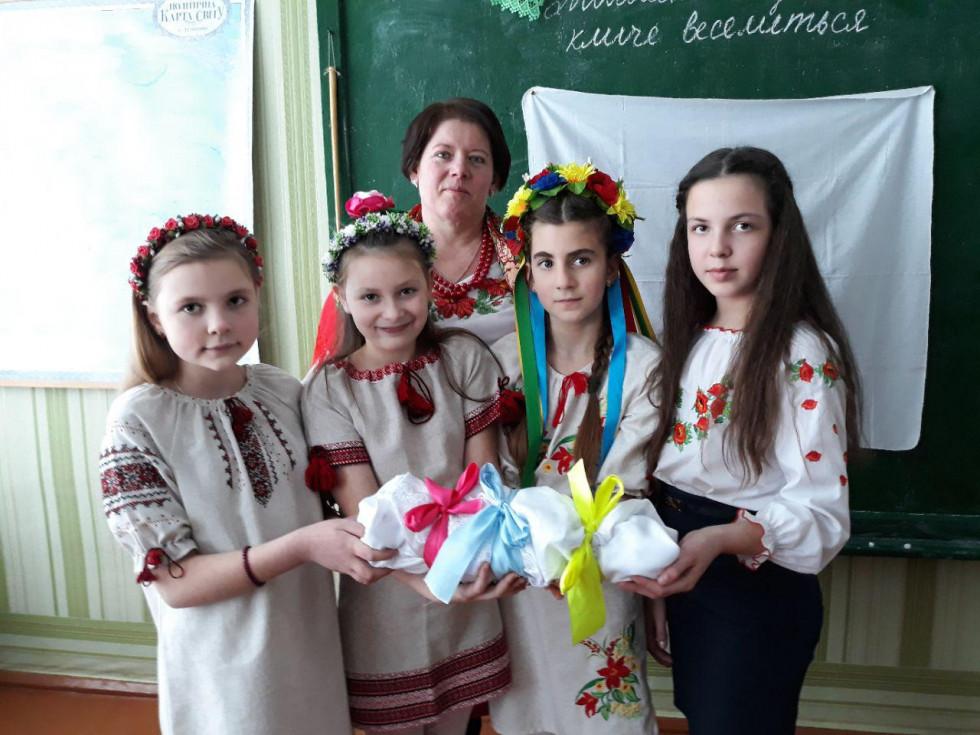 Дівчата разом сповили традиційну «колодку»