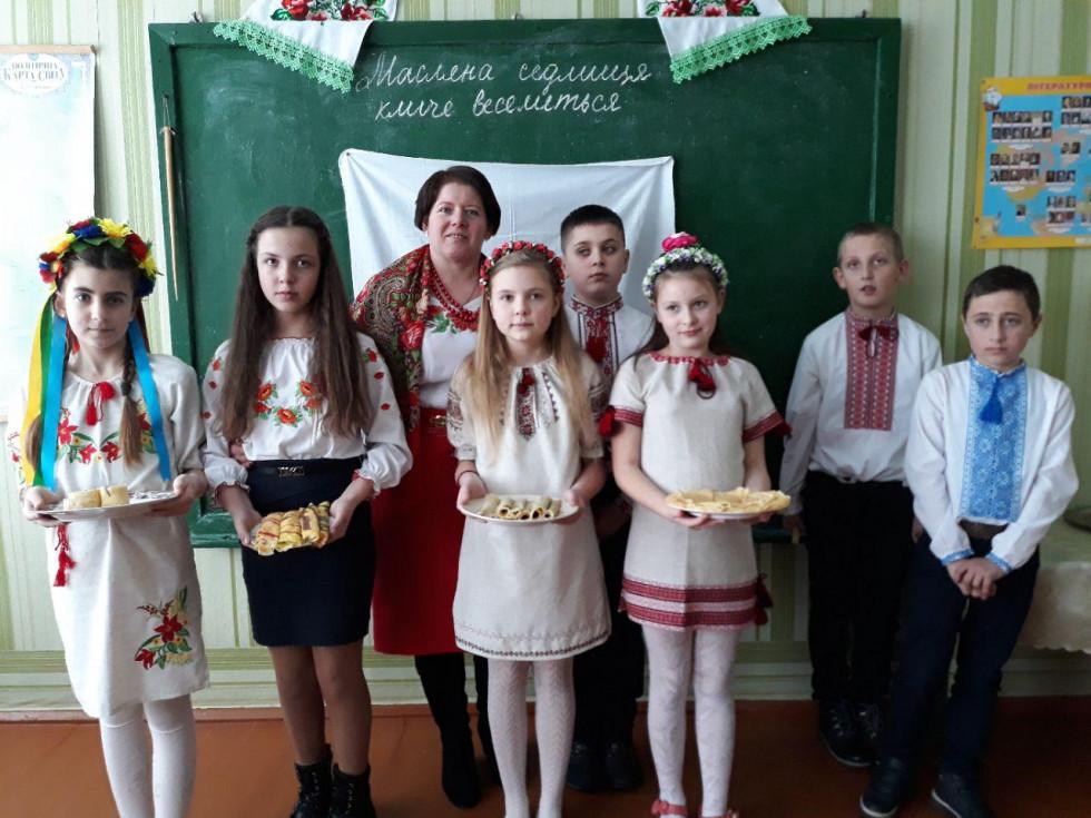 Учні 5 класу разом із класним керівником Наталією Новосад частували смачними млинцями всіх охочих
