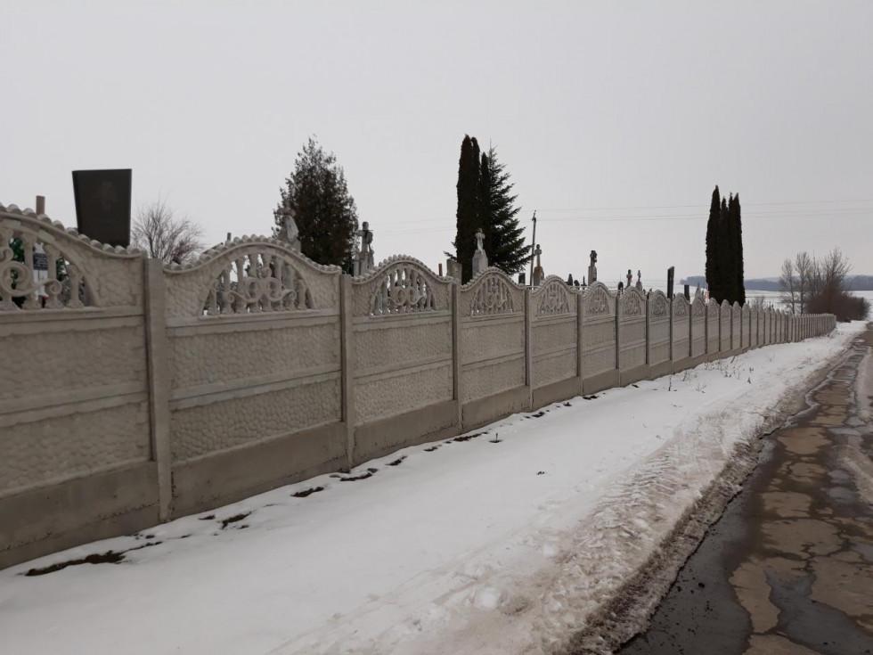 Нова огорожа сільського кладовища