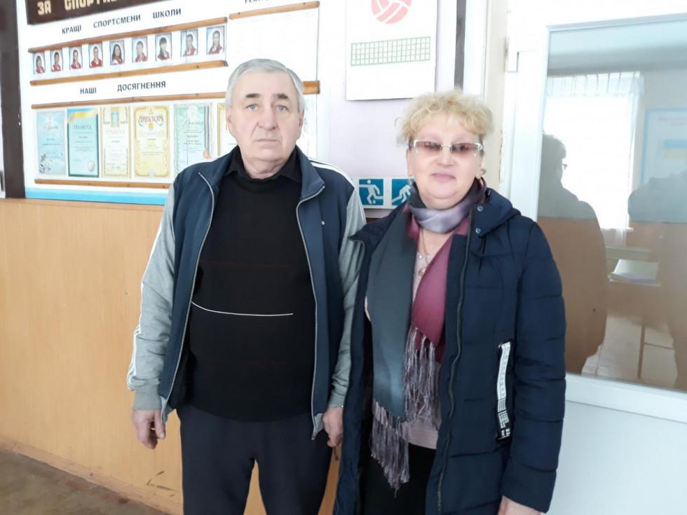 Тетяна Панасюк та колишній директор школи, а нині - учитель фізкультури Петро Ройко