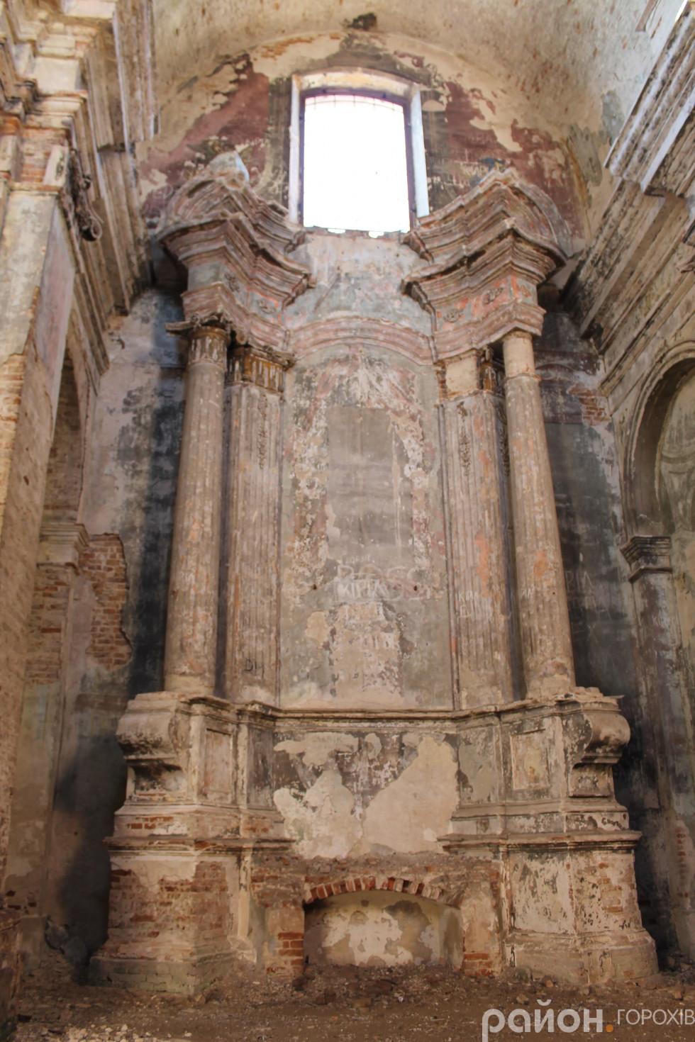 Вражаюче гарні колони в костелі