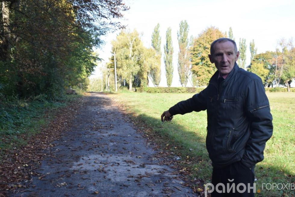 Анатолій Занічковський пам'ятає як прокладали асфальт на Ріничні. Ймовірно, під покриттям досі зберігають надгробки з єврейського кладовища