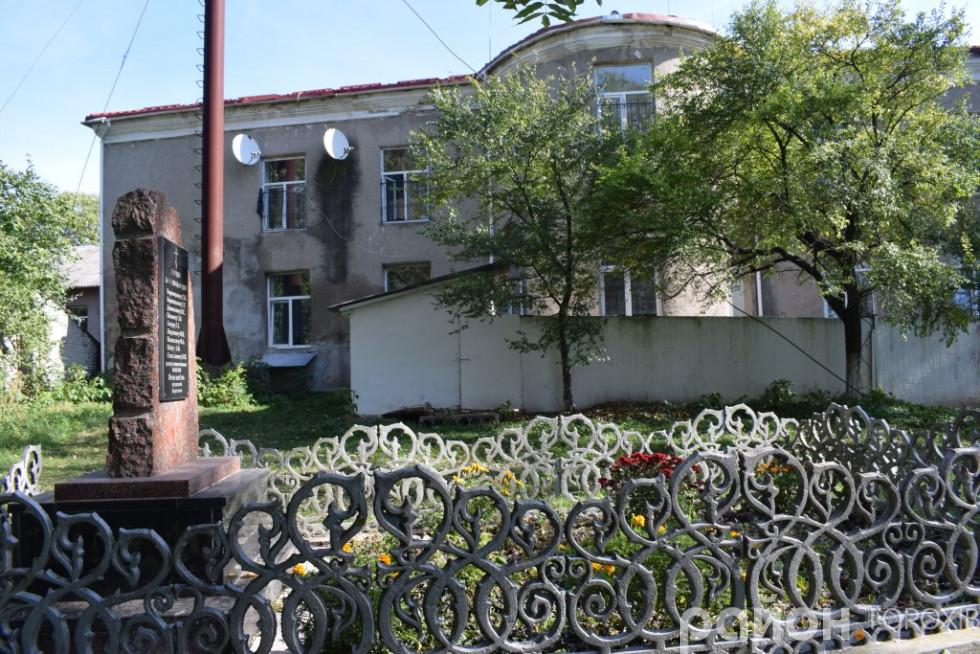 У цьому задвірку палацу Плятерів нацисти розстрілювали місцевих жителів