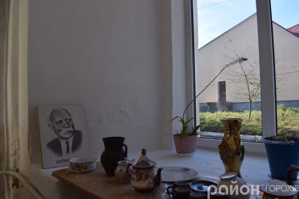 Оцінити грандіозну товщину стін синагоги можна по ширині підвіконь