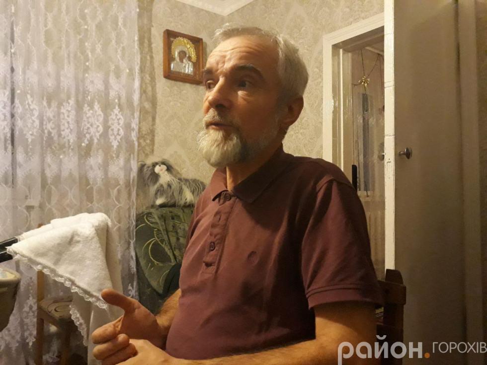 Отець Павло під час розмови