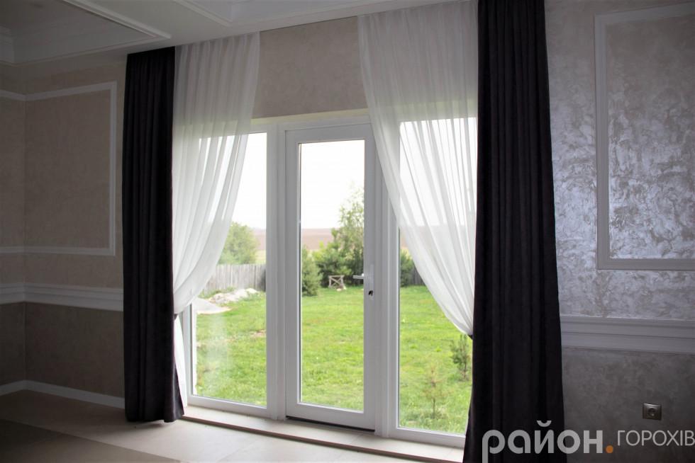 З панорамних вікон відкривається гарний краєвид